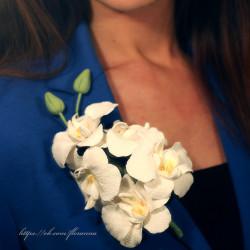 """крупная брошь ручной работы с цветами """"Веточка орхидеи из полимерной глины"""""""