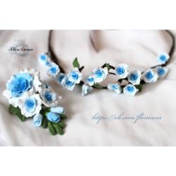 """""""Бело-голубые розы""""  свадебный набор аксессуаров (бутоньерка+веночек)"""