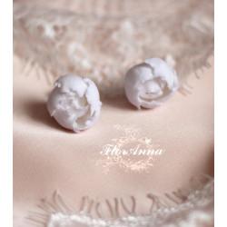 Серьги гвоздики ручной работы Белые пионы