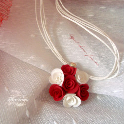 Бело-красные розы кулон с цветами ручной работы