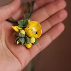 """""""Желтый тюльпан с фрезиями"""" кулон с цветами из полимерной глины"""