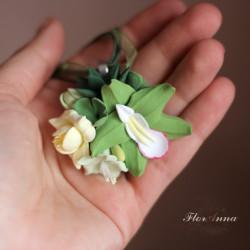 """Зеленая орхидея с суккулентами и фрезией"" кулон"
